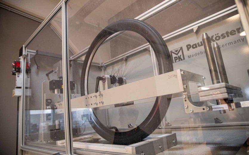 Rolling resistance test in the Specialized Tire Lab